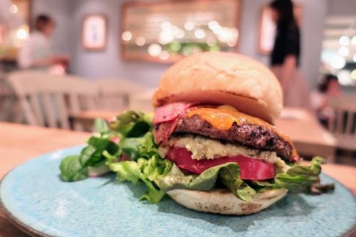 京都駅にオープンしたジェラピケカフェのオーガニックハンバーガー
