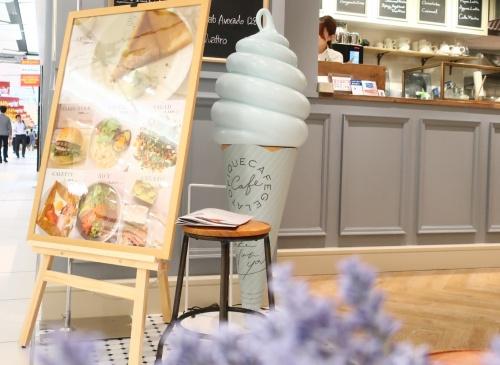 京都駅にオープンしたジェラピケカフェの水色バニラソフトクリームのオブジェ