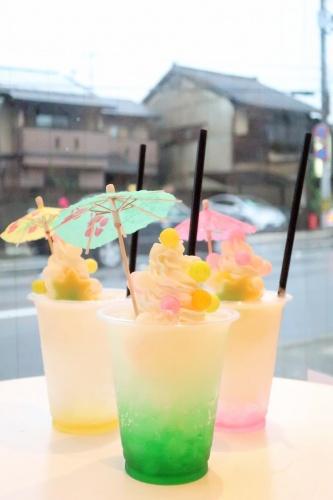 和傘の飾りが乗った、ゆふころろさんの夏限定カラフルクリームソーダ。