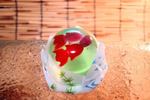 金魚鉢で泳ぐ金魚をそのまま模した源吉兆庵のゼリー「金魚」