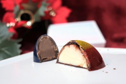 コンラッド大阪内のアエリアの青と赤&金のチョコレート