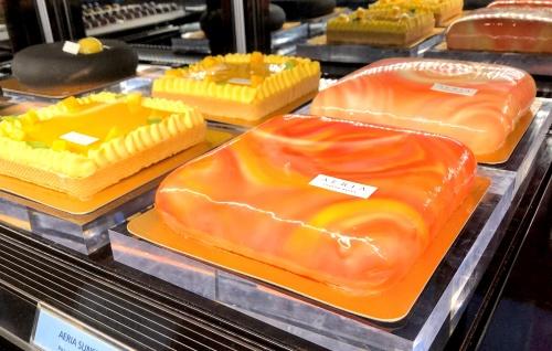 コンラッド大阪内のアエリアの空をイメージした四角いケーキ