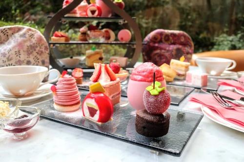 ガラス皿に並ぶ、リーガロイヤルホテルの苺のアフタヌーンティーのケーキ
