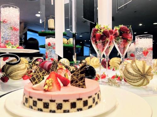 チェック柄の派手な苺ケーキと、苺入りのグラスの飾り