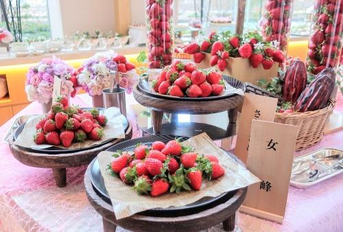 帝国ホテル大阪のいちごスイーツビュッフェのメイン台に並ぶ苺の山盛り