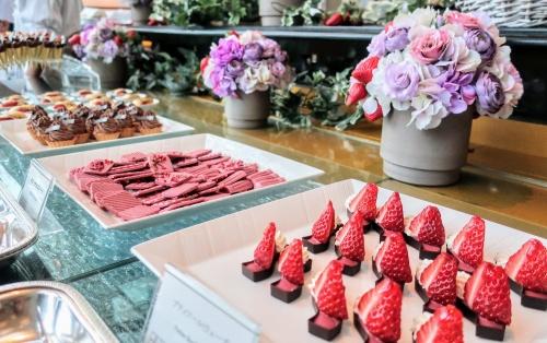 いちごやチョコスイーツが並ぶ帝国ホテル大阪のいちごビュッフェ台の様子