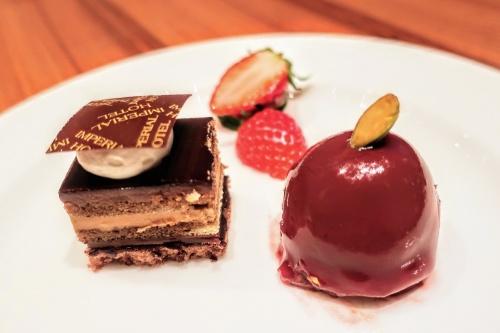 帝国ホテルのロゴ入りのチョコが乗ったチョコケーキと丸型のいちごスイーツ
