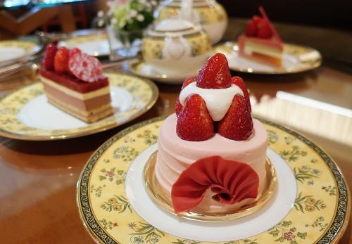 1.5人前はありそうな二段重ねの苺ショートケーキやチョコレートケーキ