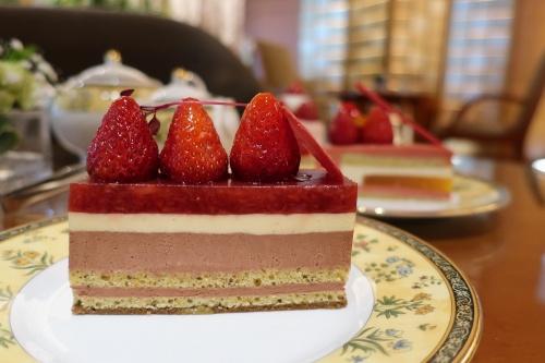 苺が3粒ものった大きなチョコレートケーキ
