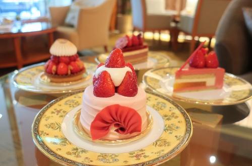 苺フェア期間中の特別提供の大きな苺ケーキ4種類