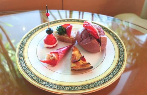 苺づくしなサンドウィッチやピザなどのセイヴォリーのお皿