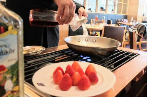 苺をアツアツのフライパンでフランベする様子