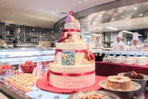 砂糖菓子の帽子やバッグが飾られたウェディングケーキのようなオブジェ