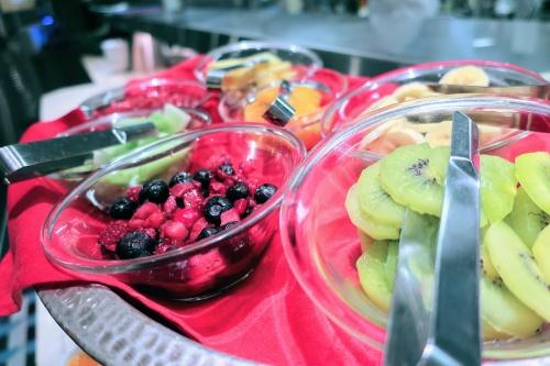 カスタムパフェ用の色とりどりのフルーツの盛り合わせ
