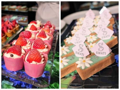 苺のカップケーキとスワティーロゴの入った四角いタルト