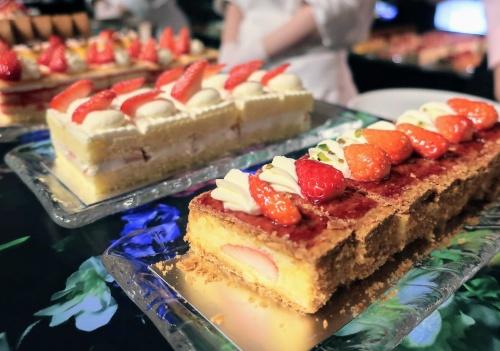 いちごがふんだんに使われたナポレオンパイやショートケーキが並ぶ様子