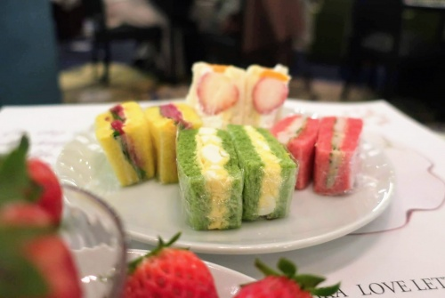 抹茶や苺、マンゴー風味が練りこまれたパンを使ったカラフルなサンドウィッチ