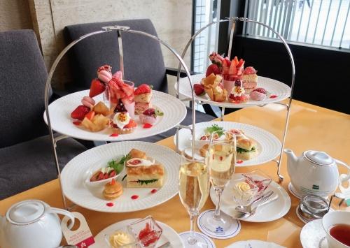 ホテル日航大阪の春の苺のアフタヌーンティーセット