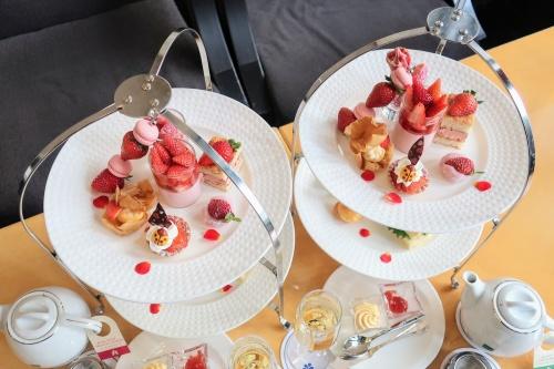 ホテル日航大阪の苺のアフタヌーンティーセット2組を上から見た図