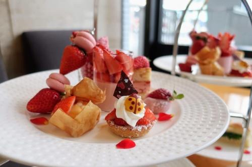 てんとう虫のチョコや苺のフィンガースイーツが乗った上段のお皿
