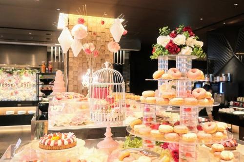 鳥かごやドーナツのタワーなど、結婚式のように豪華なビュッフェテーブル