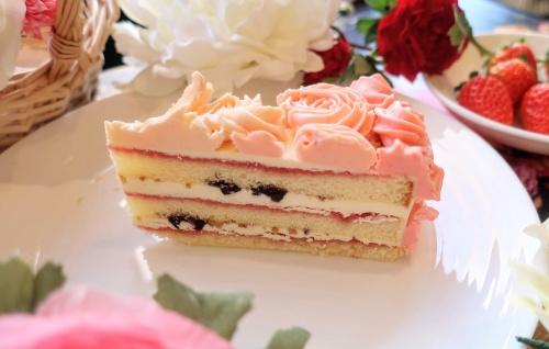 お花のようにベリークリームがデコされたバタークリームケーキ