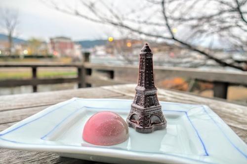 桜餅味のチョコ半円チョコとエッフェル塔を模ったチョコレートがお皿に並ぶ様子