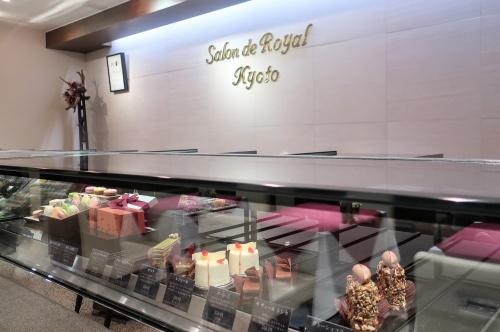 ケーキやチョコが並ぶサロンドロワイヤル京都のショーケース