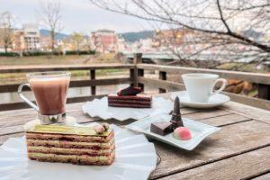 サロンドロワイヤル京都の川床スペースでチョコレートケーキを頂く様子