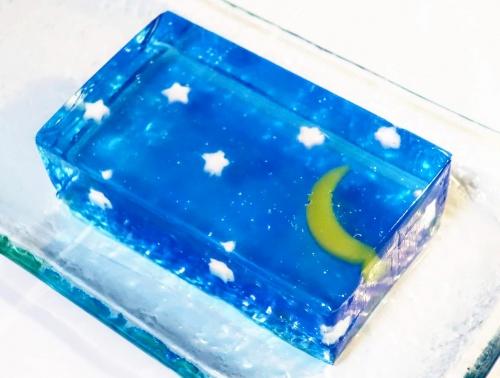 夏の夜空をイメージしたクリアブルーのゼリーみたいなの羊羹