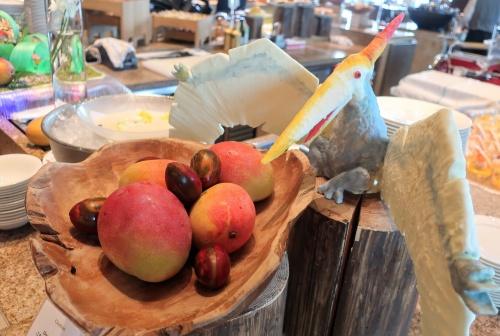 卵に見立てたマンゴーとプテラノドンのオブジェ