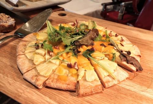パインとマンゴーが乗ったトロピカルなピザのアップ