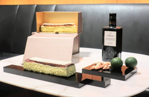 ケーキ素材の柚子とナッツ、オリーブオイルが並んだテーブル