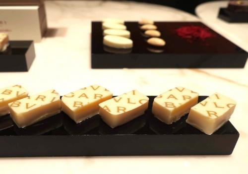 サフラン、アーモンド、ホワイトチョコレートが添えられたボンボンショコラのサンプル