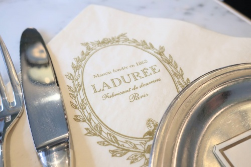 紙ナプキンに描かれたladureeのロゴ