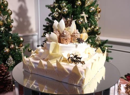 お城のように大きなサイズの帝国ホテル大阪のクリスマスケーキ