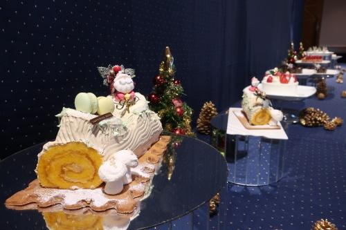 帝国ホテル大阪を代表するブッシュドノエルなどのクリスマスケーキが並ぶ様子
