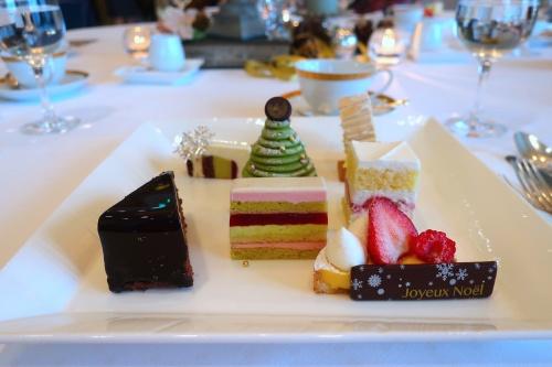 帝国ホテル大阪のクリスマスケーキ発表会の様子。
